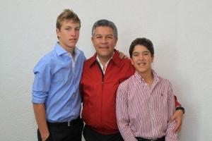 El orgulloso Senador con sus hijos
