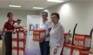 Sofía María y su mamy preparan los viveres para ayudar a los damnificados